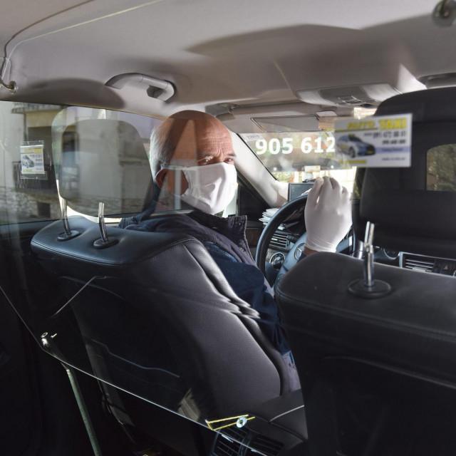 Zadarski taksist Predrag Šimunov ugradio je zaštitnu staklenu pregradu u automobil izmedju sebe i putnika na stražnjem sjedalu