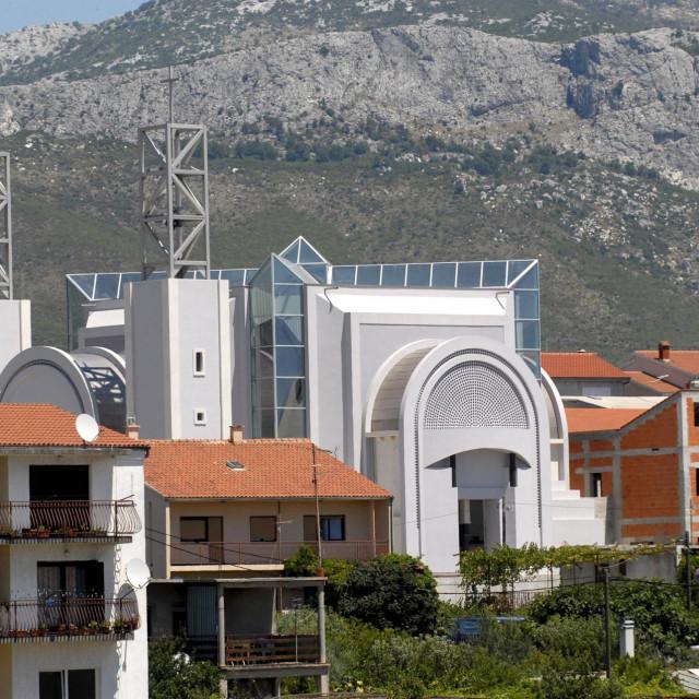 Pogled na novu župnu crkvu na Sirobuji