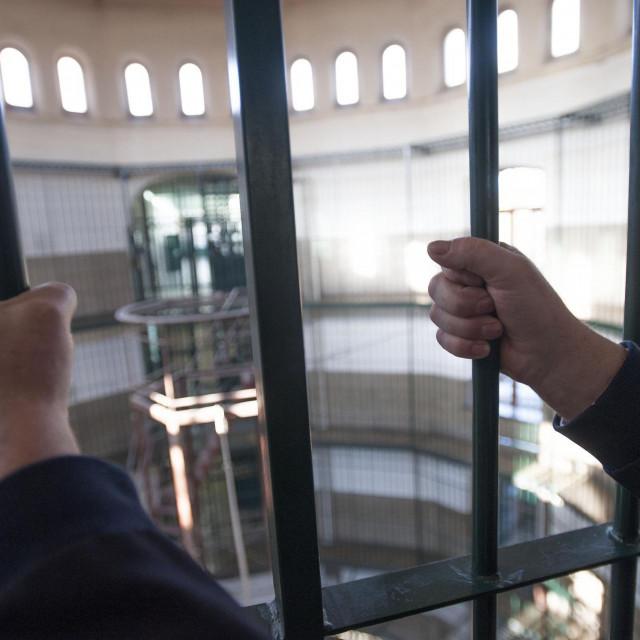Kaznionica u Lepoglavi osnovana je 1854. godine, a 1914 izgradjena je sadasnja zatvorska zgrada s pet krila.Danas su uvjeti u kaznionicu uskladjeni s najvisim europskim standardima.U kaznionici kaznu sluzi oko 600 muskaraca.<br /> U lepoglavi su kaznu sluzili i poznate osobe kao kardinal Stepinac, Tito, Franjo Tudjman, Drazen Budisa.<br /> Na fotografiji: centralni dio zatvora.<br />