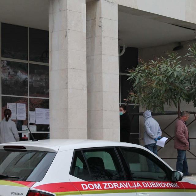 Pacijenti čekaju pred Domom zdravlja Dubrovnik na dezifekciju prije ulaska u zgradu