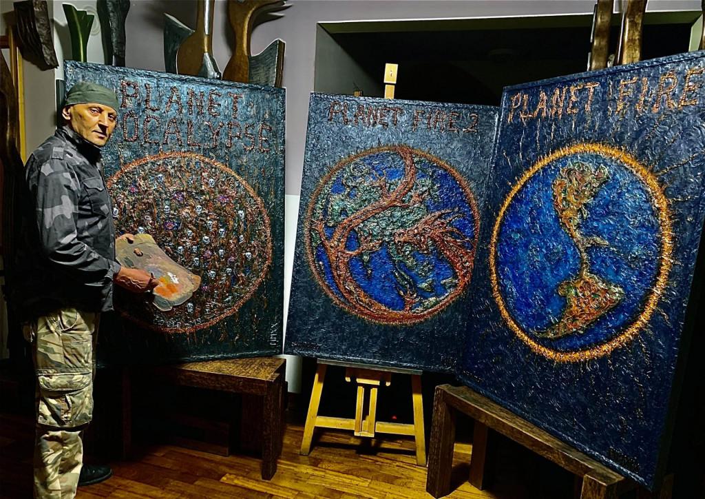Stephan Lupino pored slika iz serije 'Planet Fire'