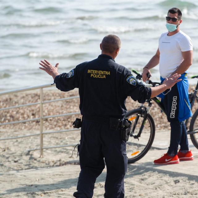 Policija upozorava ljude na Bačvicama.<br />