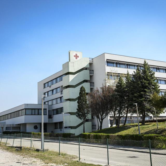 Bolnica Hrvatski Ponos u Kninu zatvorena je za prijam novih pacijenata zbog pojave Covid 19 koronavirusa.