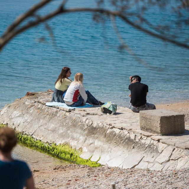 S dolaskom toplijih dana Zadrani su poceli u vecem broju dolaziti u setnju i suncanje na gradske plaze, u isto vrijeme postujuci pravila i mjere odredjene od strane Nacionalnog stozera civilne zastite.<br />