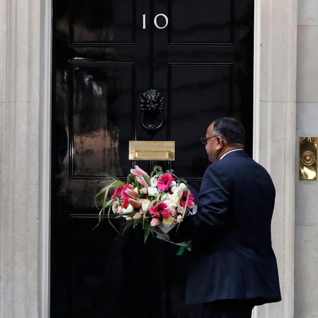 Na broj 10 u Downing Streetu stiže cvijeće za premijera