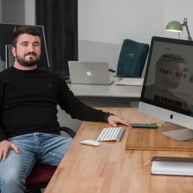 Zadar, 070420<br /> Zadranin Ivan Tosic je tvorac web stranice Zadranka.hr na kojoj objedinjuje ponude lokalnih OPG-ova, mesnica i slicnih djelatnosti koje nude dostavu u vrijeme pandemije koronavirusa.<br />