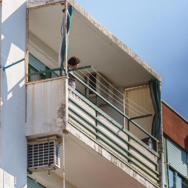Split, 080420.<br /> Nakon sto je utvrdjeno da je deset sticenika pozitivno na koronavirus, ulaz u Dom za stare i nemocne u Vukovarskoj ulici nakon evakuacije osigurava policija.<br />