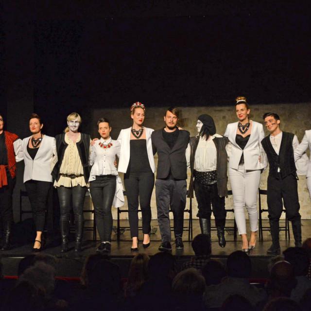 """Kazališna družina Kolarin predstavu """"Novela od Stanca"""" u režiji Paola Tišljarića premijerno je izvela u Kazalištu Marina Držića 2017."""