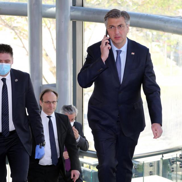 Sjednica Vlade započela je sat vremena kasnije jer je premijer Plenković s Bedeković, Berošem, Božinovićem i Bobanom razgovarao o stanju u Splitu