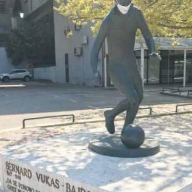 Legendarni spomenik Bernardu Vukasu zaštićen je maskicom