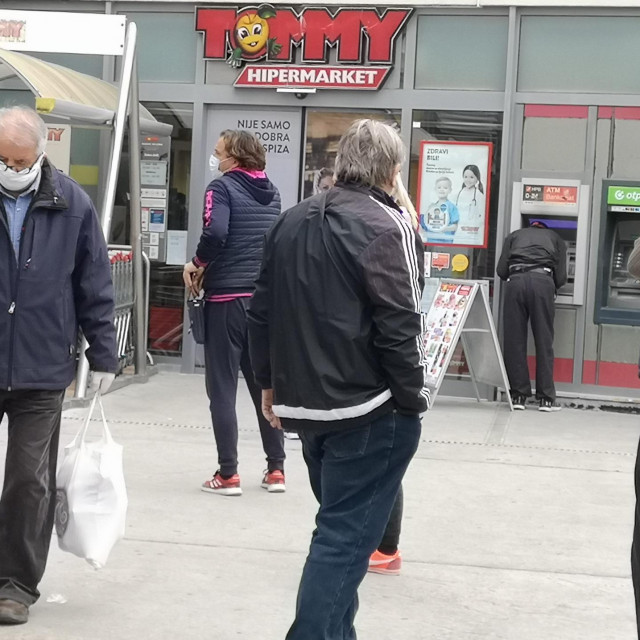 Split, 270320.<br /> Poseban rezim ulaska u trgovine zbog sprjecavanja zaraze novim koronavirusom.<br /> Na fotografiji: red pred trgovinom Tommy u Joker trgovackom centru.<br />