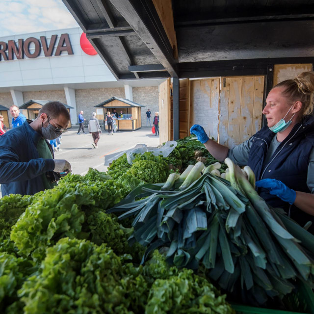 Zadar, 110420.<br /> Danas je nakon duže stanke opet otvorena seljačka tržnica ispred trgovačkog centra Supernova.<br />