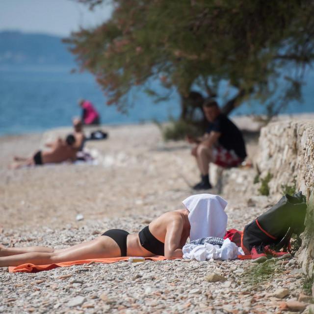 Zadar, 110420.<br /> Zadrani u sve vecem broju uzivaju na gradskim plazama, a oni hrabriji poceli su i s prvim kupanjem iako je temperatura mora trenutno tek oko 14 stupnjeva.<br /> Na fotografiji: gradske plaze Punta Bajlo i Kolovare.<br />