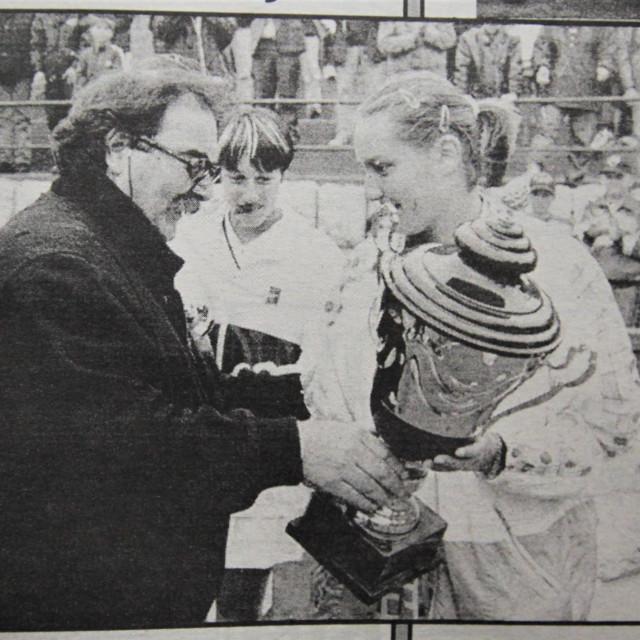 Iz arhive Dubrovačkog vjesnika, slika Željka Tutnjevića: Zoran Grbić predaje pobjednički pokal Nadji Petrovoj, u pozadini Katarina Srebotnik. Finale je odigrano u nedjelju, 12. travnja 1998. godine pred više od 600 gledatelja