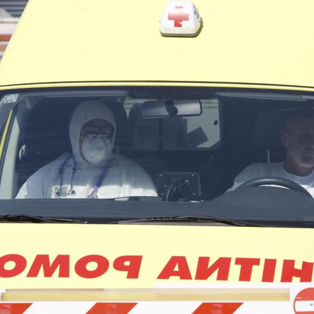 Makarska, 120420.<br /> Dolazak evakuiranih korisnika iz Doma za starije i nemocne Split u Vukovarskoj ulici. Za 54 korisnika bit ce organizirana samoizolacija zbog sumnje na infekciju koronavirusom.<br />