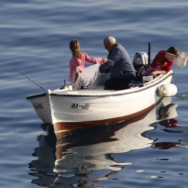 U jeku krize s koronom u rekreacijski ribolov mogu samo dvije osobe u brodici, a ne tri kao na ovoj fotografiji