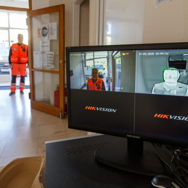 Na ulazu u Hitnu pomoć postavljena je termokamera koja će očitati temperaturu svake osobe koja uđe. Kamera je donacija tvrtke Kam Bell iz Kaštela