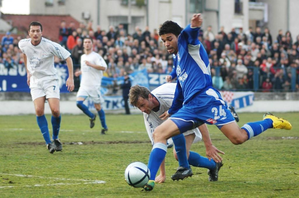 Metković, 18. siječnja 2007. godine: Eduardo da Silva (Dinamo) protiv Neretve foto: Tonči Vlašić
