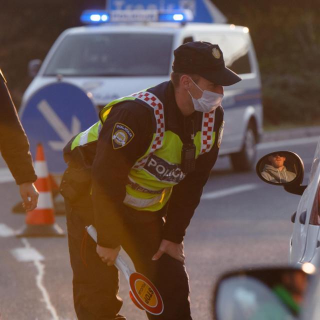 Pripadnici policije po 12 sati dnevno dežuraju na punktovima i kontroliraju propusnice