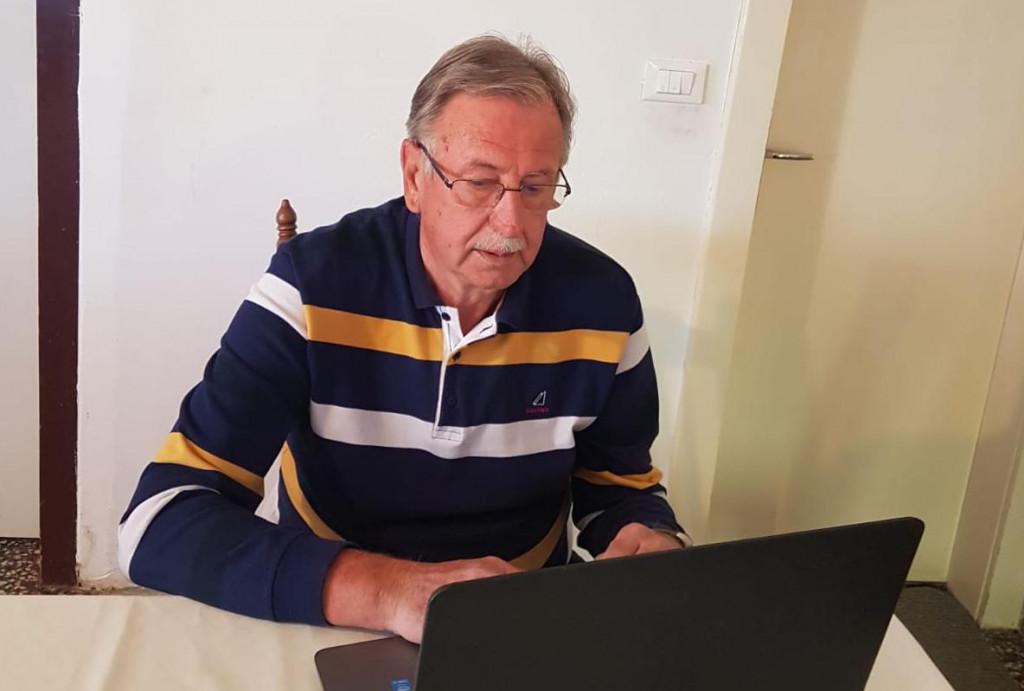 Nikola Cecić-Karuzić u 'kućnom uredu'