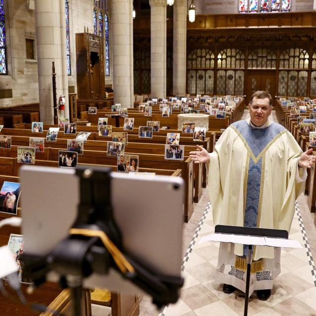Neobičnu je misu održao don Brian Needles u New Yerseyju, postavivši na klupe fotografije svojih župljana