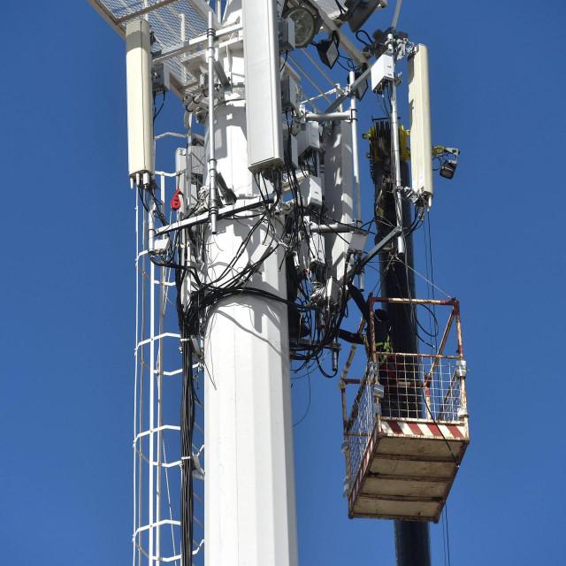 Bazne stanice mobilnih operatera na stupovima reflektora stadiona Stanovi.