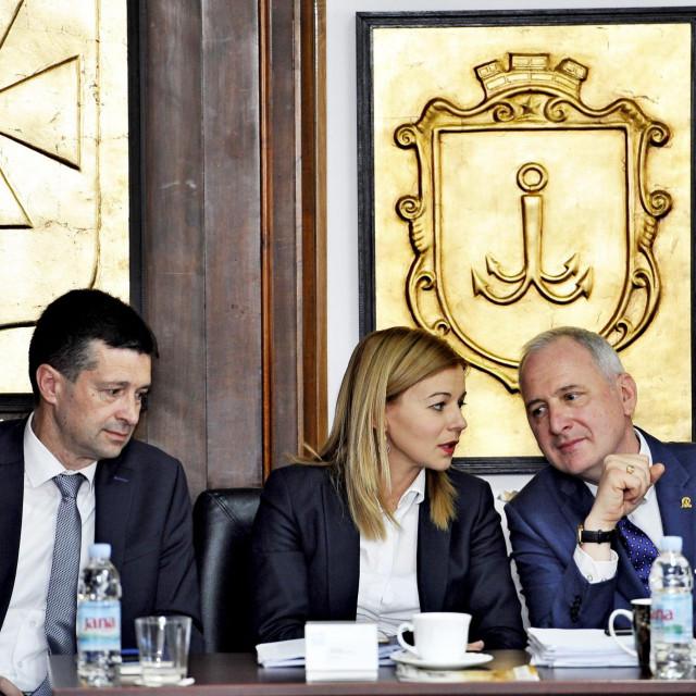 Andro Krstulović Oparaće do kolovoza primati plaću manju za 3.500 kuna, dok će se njegovim zamjenicima, Ninu Veli i Jeleni Hrgović od mjesečnih primanja oduzimati od 2.500 do 3.000 kuna