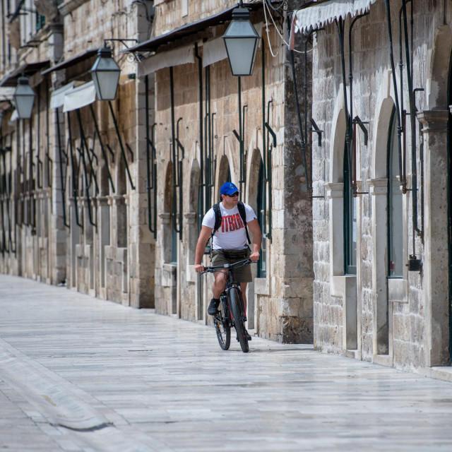 Dubrovnik, 190420.<br /> Nedjeljnje jutro na glavnoj dubrovackoj ulici Stradun u vrijeme karantene.<br />