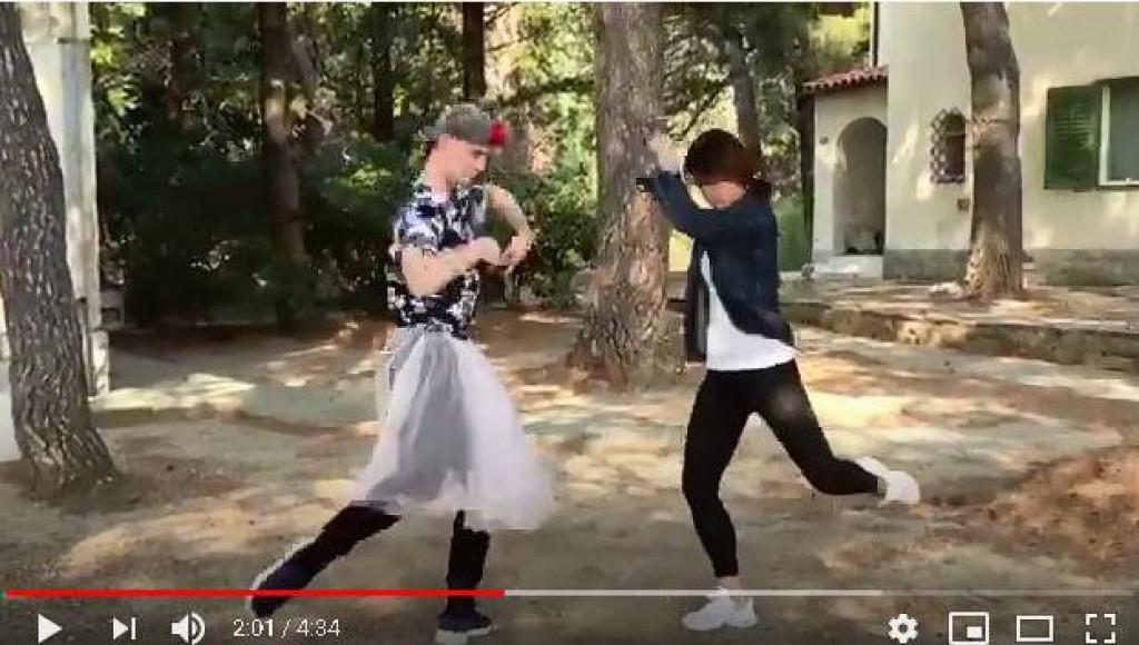 Prizor iz videa splitskoga trojca, s pozivom na potporu Crvenom križu