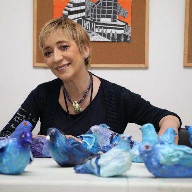 Akademska slikarica Rajna Inić u svom ateljeu