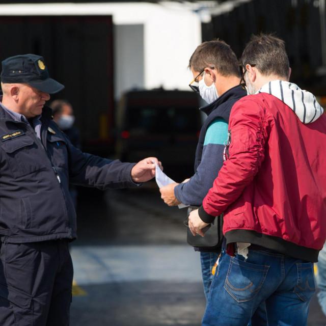 """""""U 'Jadroliniji' mi nisu htjeli prodati trajektnu kartu jer nemam e-propusnicu iz Hvara"""", tvrdi naš sugovornik"""