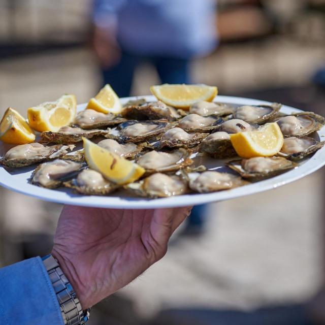 Malostonska kamenica se jedino u Stonu jede sirova tek izvađena iz mora.<br />