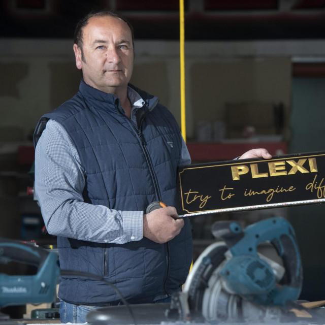 Zoran Ralević, vlasnik tvrtke 'Plexi' kojoj se u doba korone znatno povećao obim posla zbog izrade pregradnih panela od pleksiglasa