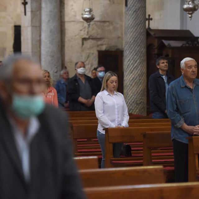 U zadarskoj katedrali Sv. Stošije održana je prva misa nakon popustanja mjera zaštite od koronavirusa