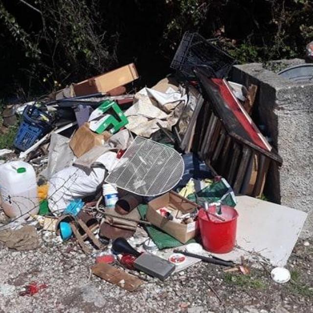 Čitatelj snimio krupni otpad, šutu i ostalo smeće po Župi dubrovačkoj