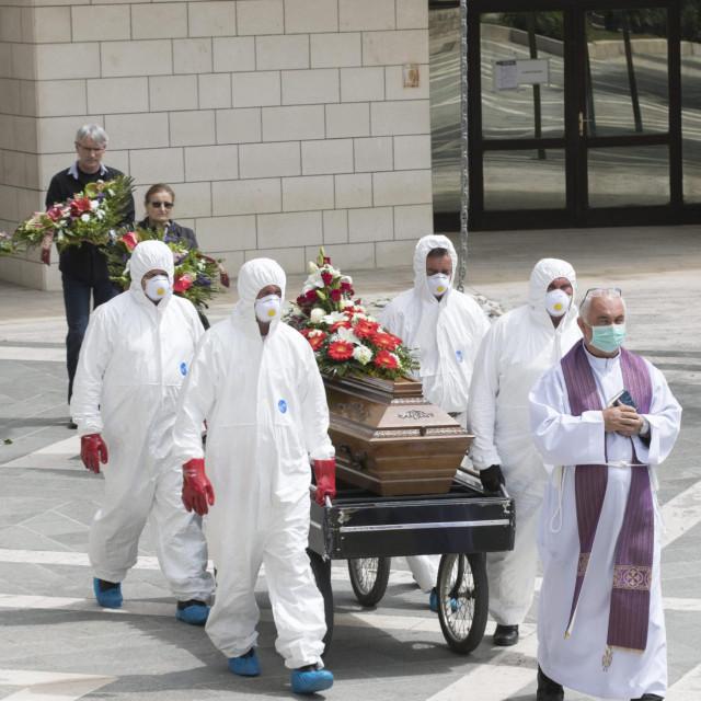 Djelatnici komunalne tvrtke Lovrinac prilikom ispraćaja pokojnika preminulog od koronavirusa potpuno su zaštićeni