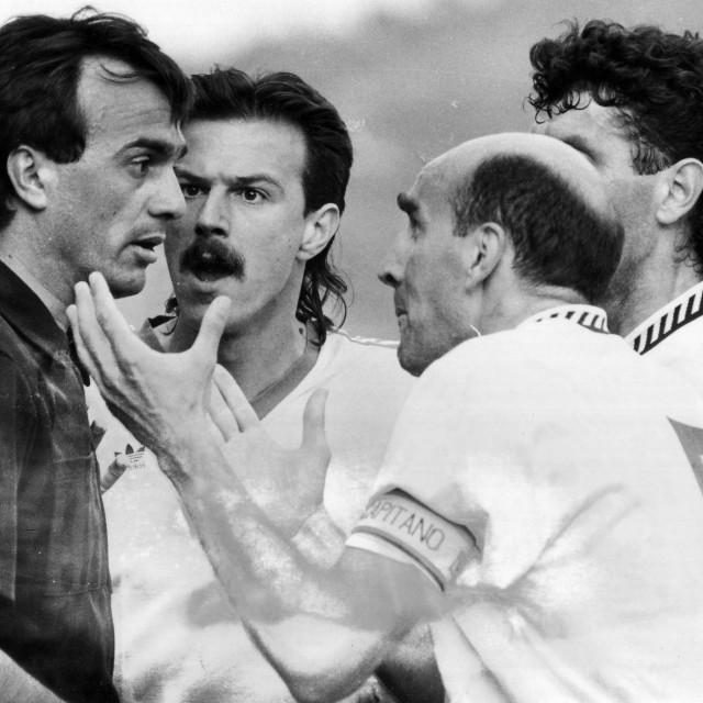 73. minuta, Kozniku je postigao pogodak, a Dubrovnik je okružio prvog pomoćnog Antu Kulušića iz Šibenika. Jakša Kolić, MIlan Petrović i Mirsad Dilberović se nisu mogli pomiriti činjenicom kako je napadač Hajduka bio u zaleđu