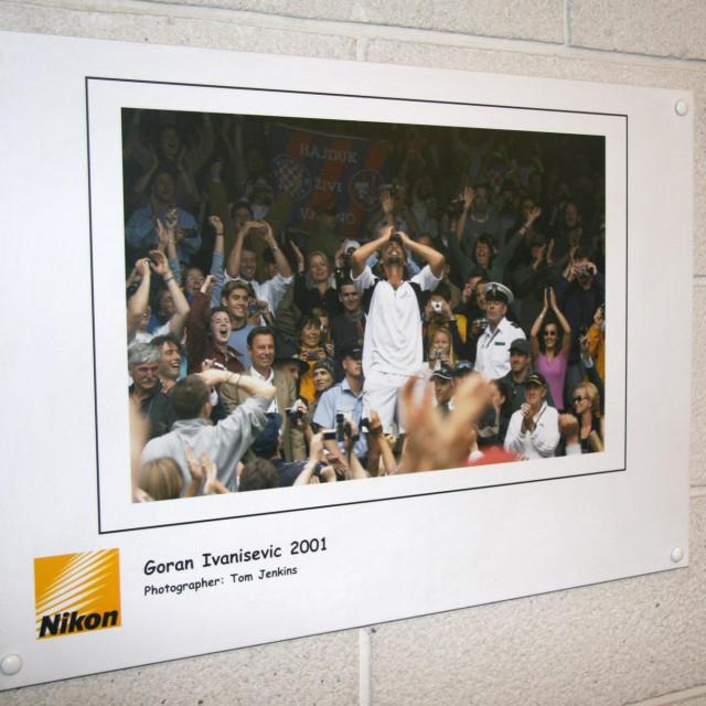 Goran Ivanišević slavi osvajanje Wimbledona 2001. godine - slika koja krasi zid u All England Clubu foto: Tonči Vlašić