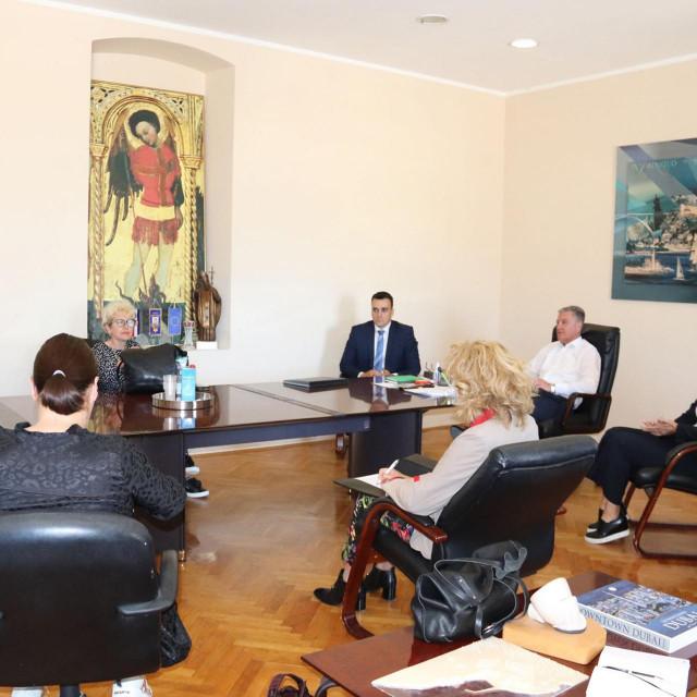 Sastanak šibenskih vlasti s predstavnicima dječjih vrtića