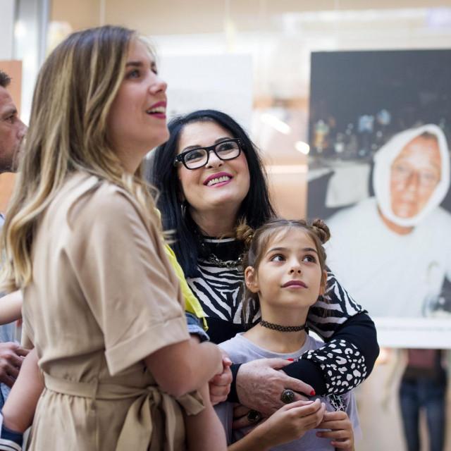 Vesna Dragojević s familijom na otvorenju izložbe posvećene Oliveru