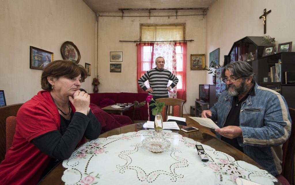 Branka Samardžić u razgovoru s Antom Tešijom i suprug Rafajel u pozadini
