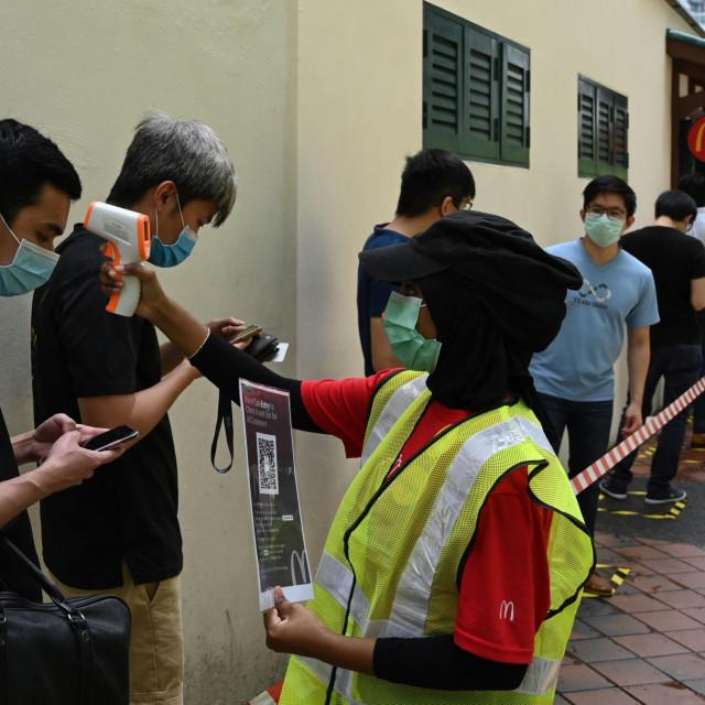 Zapoelnici McDonalds'-a u Singaopuru mjere temperaturu kupcima koji čekaju u redu