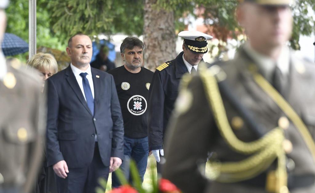 Predsjednik Milanović napustio je obilježavanje akcije 'Bljesak' nakon provokacije s mjaicom s natpisom 'Za dom spremni'