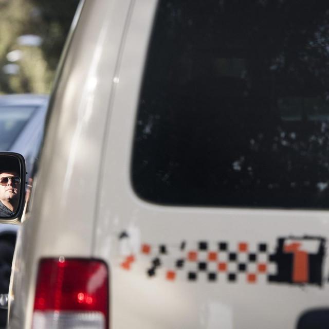 Policija traga za taksistom koji je prevozio povrtanika iz Švedske pozitivnog na korna virus