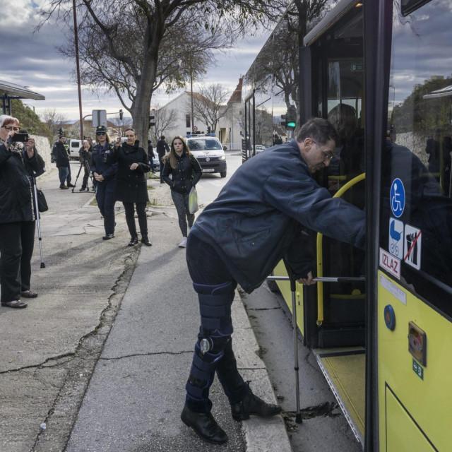 Na fotografiji: Osobe sa invaliditetom ulaze u autobus broj 15 na stanici u Velebitskoj ulici na Mertojaku
