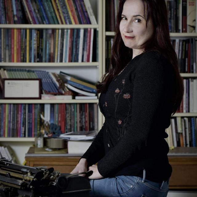 Ivana Rogar: Uvijek je ideja ta koja određuje hoće li posrijedi biti kratka priča, pripovijetka ili roman, ili neki nepripovjedni tekst<br />