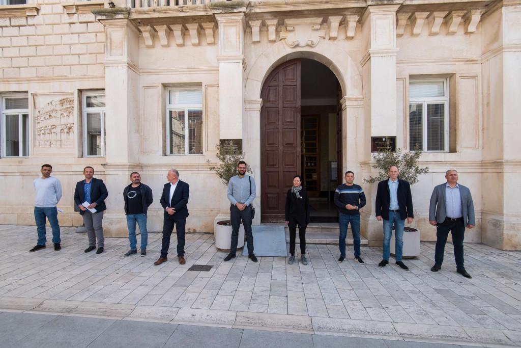 Zadar, 130520 Predstavnici zadarskih oporbenih stranaka su danas na konferenciji za novinare izrazili nezadovoljstvo gradskom vlascu.