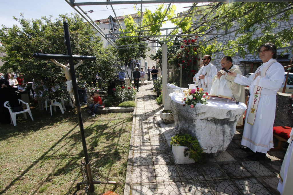 Misa u dvorištu samostana sestara služavki Malog Isusa pokraj kapele Gospe Fatimske