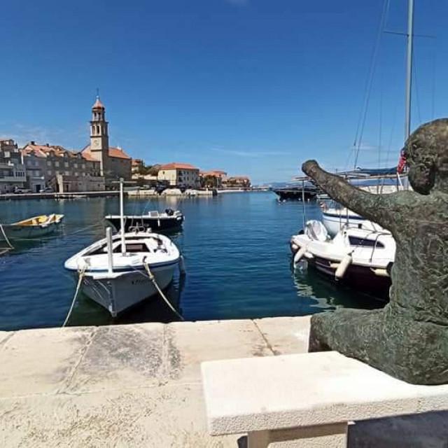 Osim estetike i interakcije s okolinom, skulptura će gostima Sutivana omogućiti uvid u baštinske i suvremene posebitosti mjesta<br />