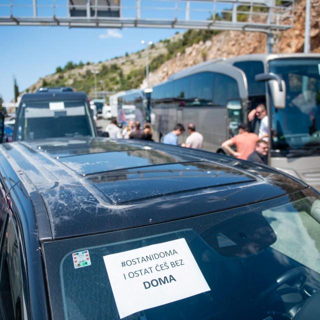 """Dubrovnik, 07.05.2020.<br /> Udruga autobusera Ragusa bus pridruzila se nacionalnom tihom prosvjedu """"Pet do podne"""". Krenuli su s mosta dr.Franja Tudjmana do Pila.<br />"""